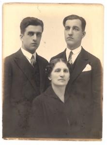 Мария Брънекова със синовете й Тотю и Любен Брънекови 22.01.1930 г.