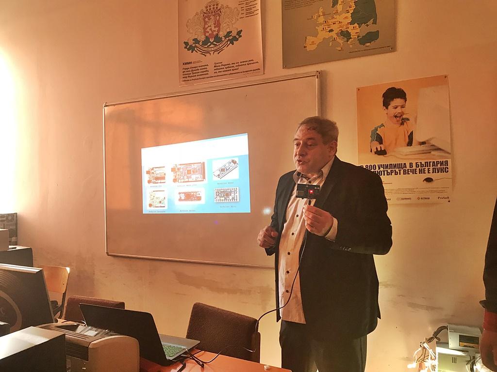 """01b7213eb43 """"Академичен"""" урок по повод Европейската седмица на програмирането, се  проведе днес, 16 октомври 2018 г., в ПГ """"Васил Левски""""-Ямбол. Доц. д-р  Станимир ..."""